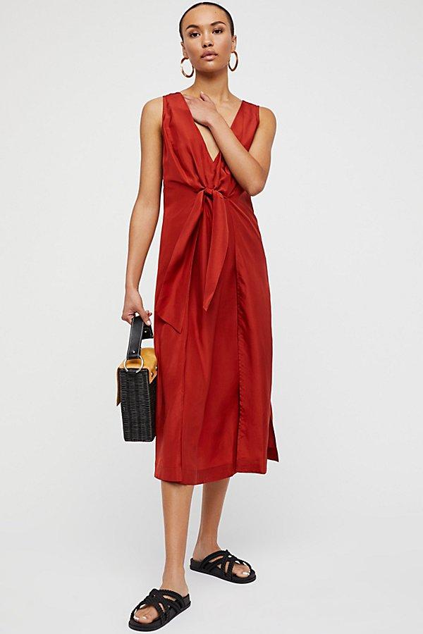 0ea1abd73cbf7 夏、ノースリーブのレッドワンピースを一枚で着こなせるとかっこいい! なる夏で暖色の赤プラス袖があると、ちょっと見ただけで暑いですよね思い切って ノースリーブ!