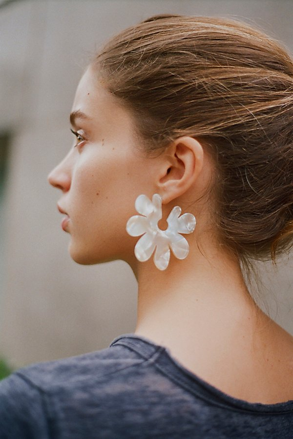 Slide View 1: Daisy Resin Earrings