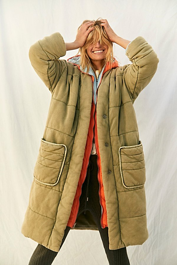 Inspired by our best-selling Dolman Quilted Knit Jacket, this classic duvet puffer coat is featured in a dolman-inspired, longline silhouette for forever effortless and classic style. * Exaggerated side pockets* Fully lined style * Quilted fabrication